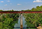 Eisenbahnbrücke über einen Fluss im Outback, Katherine, Northern Territory, Australien