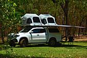 Ein Offroad-Camper mit Dachzelt im Outback, Cooinda, Kakadu National Park, Northern Territory, Australien