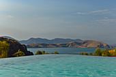 Infinity Pool vor dem See mit Bergen im Hintergrund, Lake Argyle, Western Australia, Australien, birgst
