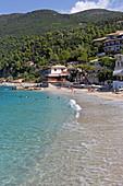 Agios Nikitas ist ein kleines Seebad an der Westküste der Insel Lefkada, Ionische Inseln, Griechenland