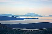 Blick von den Bergen oberhalb von Vafkeri über Inseln südlich von Lefkada, Ionische Inseln, Griechenland