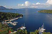 Yachthafen und Boote in einer Bucht von Meganisi, Ionische Inseln, Griechenland, Europa