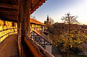Historische Stadtmauer von Rothenburg ob der Tauber im Abendlicht, Mittelfranken, Bayern, Deutschland