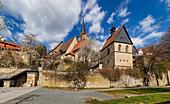 St. Johannes der Täufer-Kirche und Stadtgraben in Kronach, Bayern, Deutschland