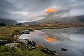 Macgillycuddy's Reeks Berge spiegeln sich in Lough Gummeenduff, Abendsonne, Black Valley, Killarney, Grafschaft Kerry, Münster, Republik Irland, Europa