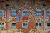 Lüftlmalerei an der Fassade eines historischen Anwesen am Obermarkt, Altstadt, Mittenwald, Oberbayern, Bayern, Deutschland