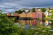 Alte Lagerhäuser entlang der Nidelva,, Trondheim, Norwegen