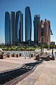 Wolkenkratzer gesehen vom Brunnen unterhalb des Emirates Palace Hotel, Abu Dhabi, Vereinigte Arabische Emirate, Naher Osten