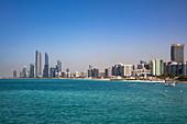 Skyline der Stadt vom Strand beim Heritage Village gesehen, Abu Dhabi, Abu Dhabi, Vereinigte Arabische Emirate, Naher Osten
