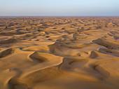 """Luftaufnahme eines Allradfahrzeugs in Dünen während eines """"Dune Bashing""""-Ausflugs in der Wüste, Arabian Nights Village, Razeen Area von Al Khatim, Abu Dhabi, Vereinigte Arabische Emirate, Naher Osten"""