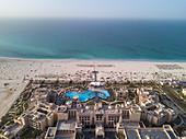 Luftaufnahme der Hotelanlage Saadiyat Rotana Resort & Villas mit Strand und Meer, Saadiyat Island, Abu Dhabi, Vereinigte Arabische Emirate, Naher Osten
