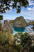 Blick von der Aussichtsplattform auf dem Weg zum Kayangan-See auf traditionelle philippinische Banca Auslegerkanus, die in der Lagune vertäut sind, nahe Kayangan-See, Banuang Daan, Coron, Palawan, Philippinen, Asien