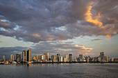 Skyline der Stadt bei Sonnenuntergang, Manila, National Capital Region, Philippinen, Asien