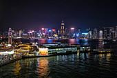 Hong Kong Cruise Terminal mit Skyline der Stadt bei Nacht, Hong Kong, Hong Kong, China, Asien
