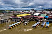 Luftaufnahme von Touristenbooten, die im schwimmenden Dorf Kampong Ayer anlanden, Sungai Kebun, Bandar Seri Begawan, Brunei-Muara District, Brunei, Asien