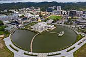 Luftaufnahmen von Parklandschaft, Royal Barge, Omar Ali Saifuddien Moschee und Innenstadt, Sungai Kedayan, Bandar Seri Begawan, Brunei-Muara District, Brunei, Asien
