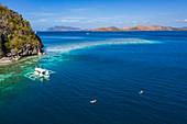 Luftaufnahme von Gästen, die einen Schnorchelausflug am Schiffswrack Skeleton Wreck vor Coron Island genießen, Banuang Daan, Coron, Palawan, Philippinen, Asien