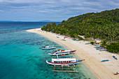 Luftaufnahme von traditionellen philippinischen Banca Auslegerkanus am Strand von Nagosa, Cobrador Island, Romblon, Romblon, Philippinen, Asien