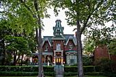 Außenansicht des Hochelaga Inn BundB in der Abenddämmerung, Kingston, Ontario, Kanada, Nordamerika