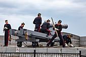 Abfeuern historischer Kanonen an der historischen Stätte von Fort Henry und im Museum für lebendige Geschichte mit uniformierten Darstellern, die als Fort Henry Guard bekannt sind und Demonstrationen des britischen Militärlebens und Führungen für Besucher durchführen, Kingston, Ontario, Kanada, Nordamerika