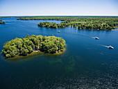 Luftaufnahme von Insel und drei Le Boat Horizon Hausbooten, Big Rideau Lake, Ontario, Kanada, Nordamerika