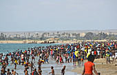 Angola; südlicher Teil der Provinz Namibe; gut besuchter Strand in der Stadt Namibe; sonntägliches Badevergnügen