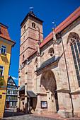 Kirchhof und die Stadtkirche St. Georg in Schmalkalden, Thüringen, Deutschland