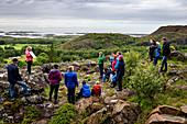 Führung zur Malereien in der Solsem-Höhle auf der Insel Leka, Norwegen