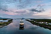 Blick von Brücke auf Hurtigruten-Schiff bei Bronnoysund, Norwegen
