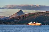 Hurtigrutenschiff zwischen Festland und Insel Leka, Norwegen
