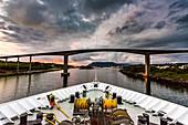 Blick vom Hurtigruten Schiff Richard With auf Brücke Bronnoysund, Norwegen