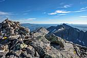 """Blick vom Gipfel Skjerdingen auf die Helgelandküste, Wanderung auf den  """"Die Sieben Schwestern"""" sieben Gipfel bei Sandnessjöen, Norwegen"""
