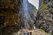 Blick durch Wasserfall in der Höllentalklamm, Grainau, Oberbayern, Deutschland