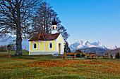 Maria Rast chapel near Krün, view of the Zugspitze massif with Alpspitze, Zugspitze and Waxenstein, Werdenfelser Land, Bavaria, Germany