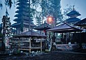 Ruhiger Tempel in der Abenddämmerung, Bali, Indonesien