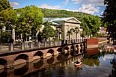 """Blick über Fränkische Saale zur Wandelhalle, Bad Kissingen, UNESCO Weltkulturerbe """"Bedeutende Kurstädte Europas"""", Unterfranken, Bayern, Deutschland"""