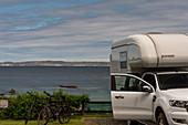 Teilansicht eines Vans und Fahrräder mit Blick auf das  Meer, Ballycastle, Nordirland