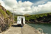 Fahrräder neben einem Van auf einem einsamen Bootsanleger, Brandon Creek, County Kerry, irland