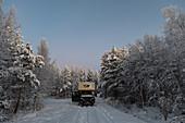 Van im tiefen Schnee auf einem einsamen Platz im Wald, Bergnäsviken, Lappland, Schweden