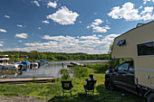 Ein Van direkt an einer kleinen Marina an einem herrlichen Sommertag, Gräfsnäs, Västra Götaland, Schweden