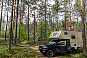 Seitenansicht eines Ford Ranger mit Aufsetzkabine im Wald bei Sveg, Jämtland, Schweden