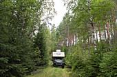 Ford Ranger mit Aufsetzkabine tief im Wald, bei Eksjö, Jönköpings Län, Schweden