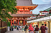 Tourists at the traditional Edo period Hozomon entrance to Sensoji, Asakusa, Tokyo, Japan