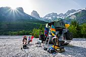 Albanien, Südeuropa, junges Paar vor Geländewagen mit Dachzelt, Albanische Alpen, Valbona
