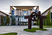 The Chancellery is a building in a band called the federal assembly in the Spreebogen in the German capital Berlin
