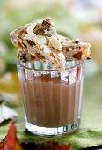 Zwei Stück Maronenkuchen (Kastanienkuchen) auf einem Glas