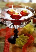 Apfelförmige Schwimmkerzen als Tischdeko