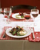 Salad with spinach, beetroot and goat's cheese