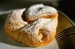 Cottage cheese pastry (Topfengolatsche) with icing sugar