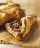 Puff pastry parcels with spinach and peppers